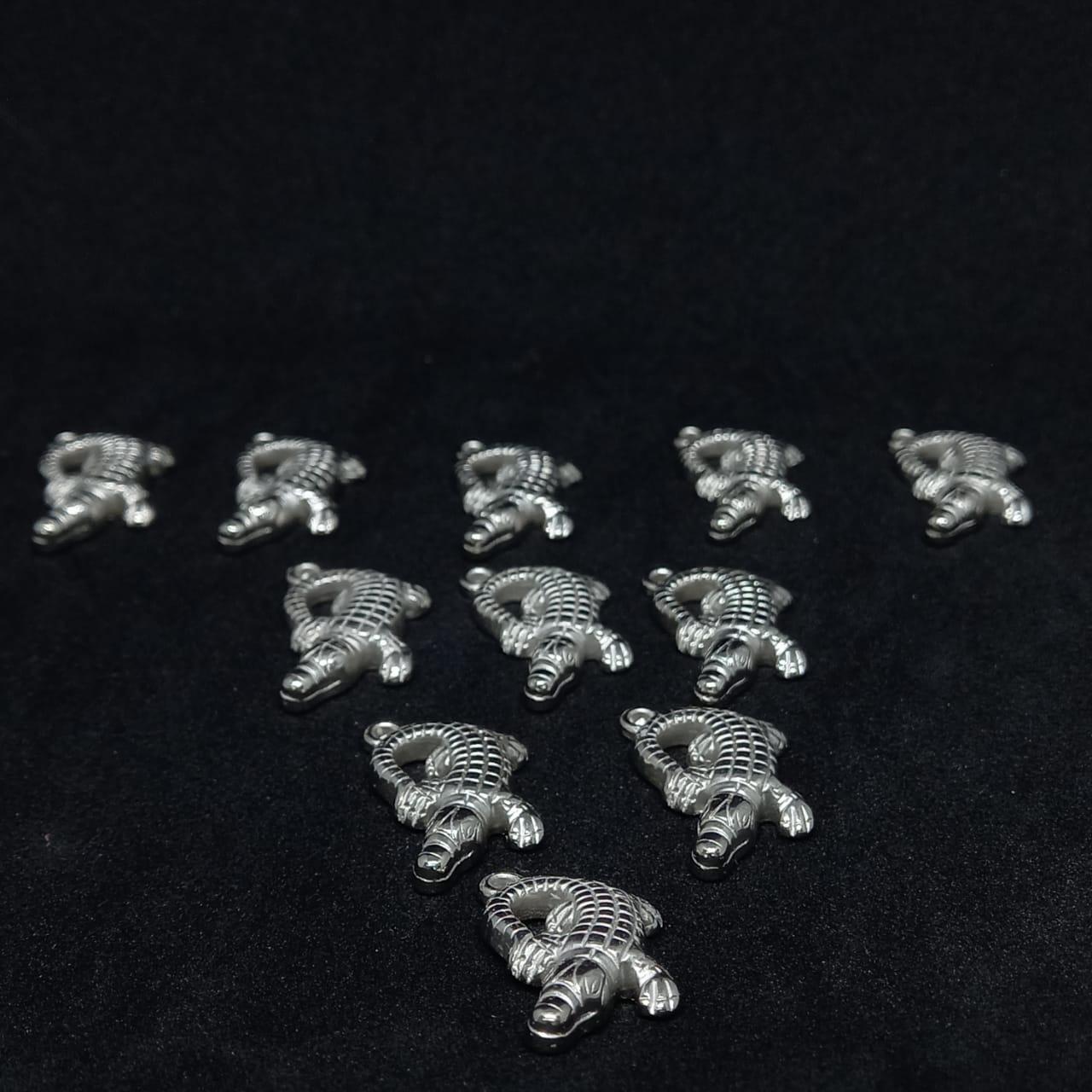Pingente jacaré ABS prata 26x21mm 25g