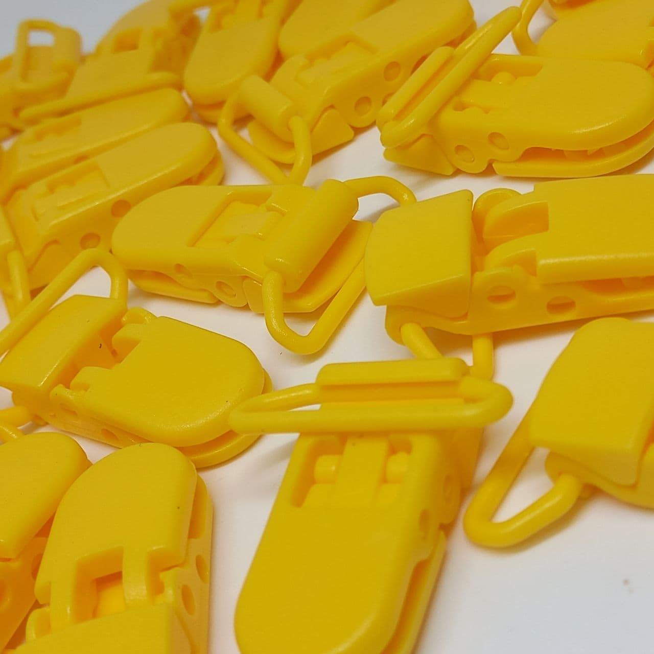 Prendedor de chupeta boca de jacaré amarelo cheddar 38x9mm / unidade
