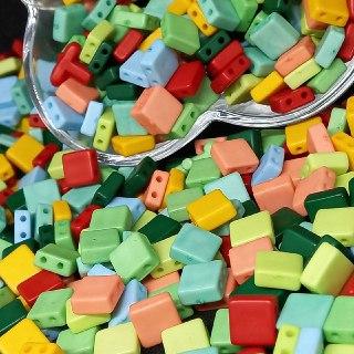 Quadrado achatado dois furos passante multicolor   8x4mm  - 10g