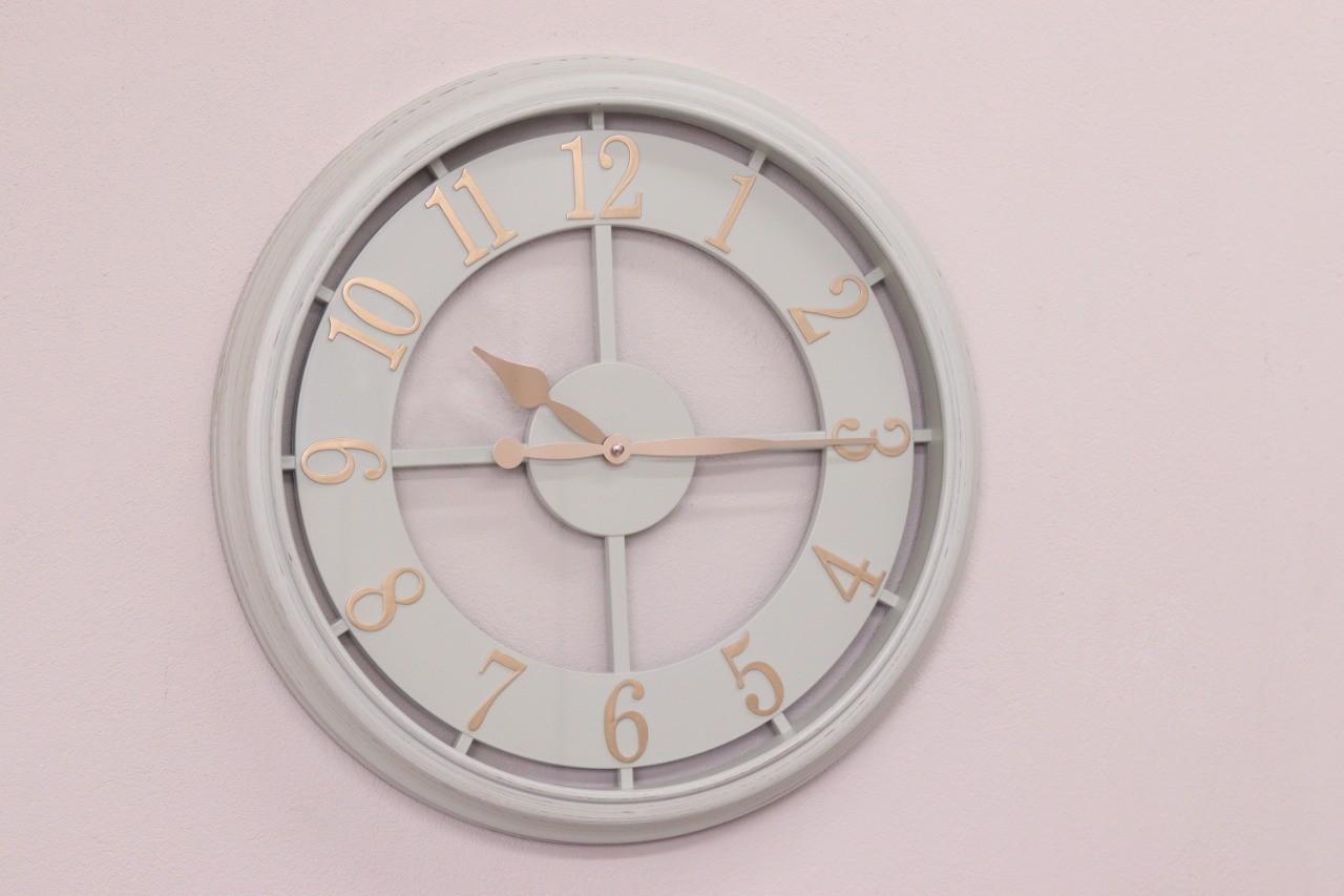 Relógio Parede Pintura Branco Contemporâneo Moderno – Metal dourado e vidro