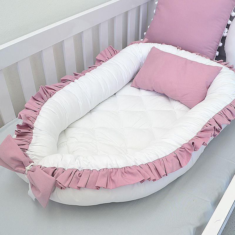 Ninho redutor para berço / berço portátil  tema rosa seco e cinza com babados  - Valentina Milan Lembrancinhas