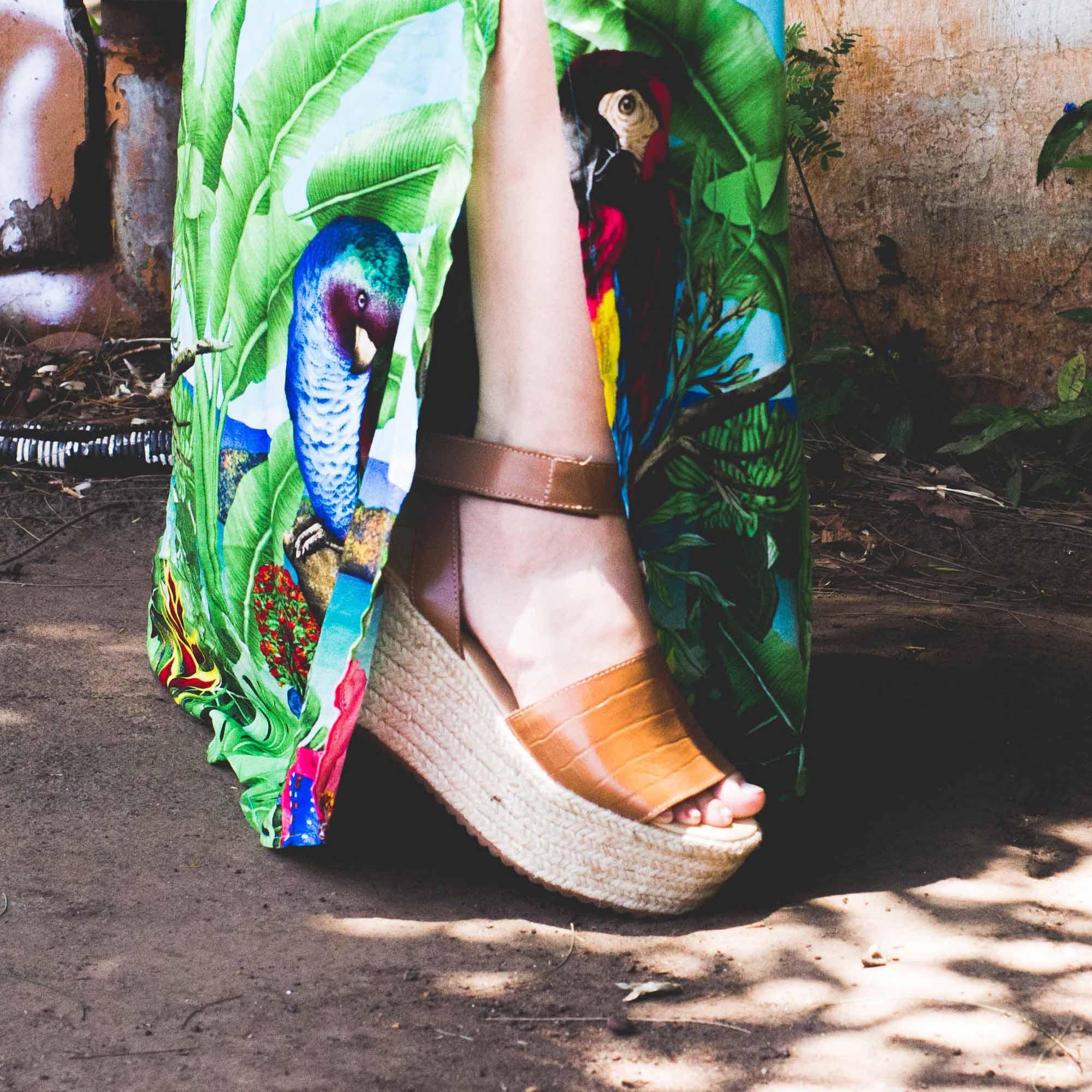 Sandália Anabela em couro Clívia
