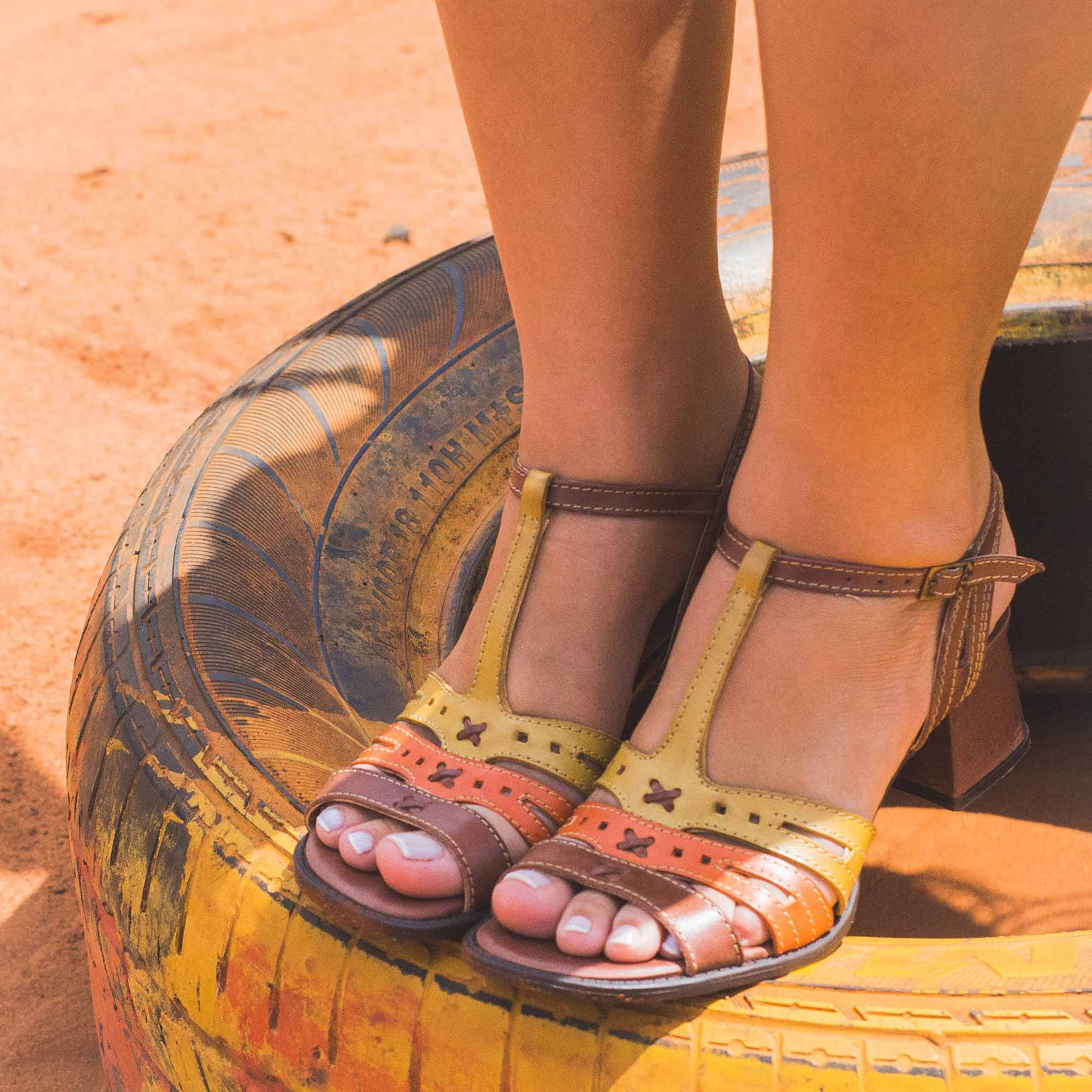 Sandália Retrô em couro Hibisco