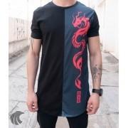 Camiseta Evoque Preta Long Line Dragão Detalhe Lateral