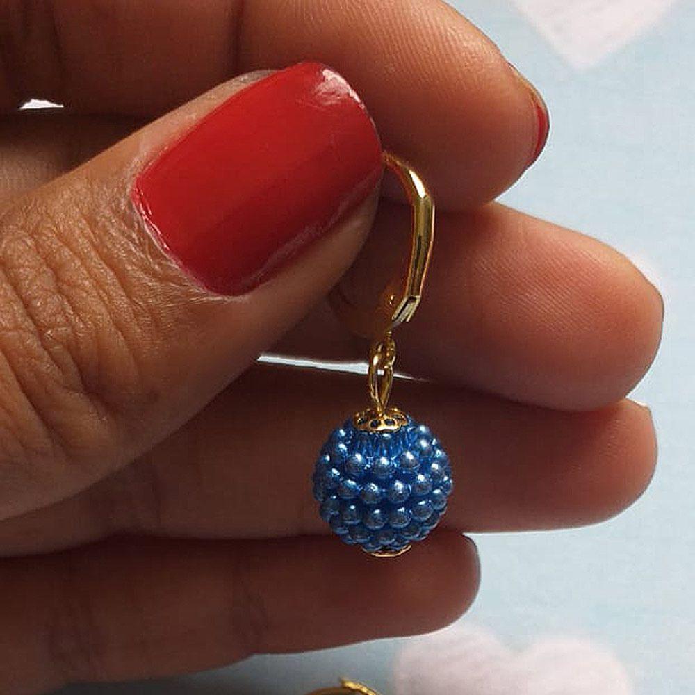 Brinco De Argolinha Perola Caixinho De Uva Cor Azul  Folheado A Ouro 18k