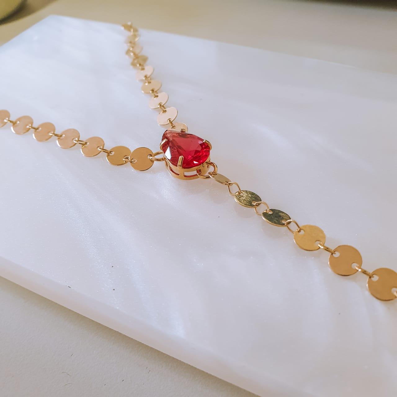 Colar com corrente de bolinhas lisas e pedra vermelha folheado em ouro 18k