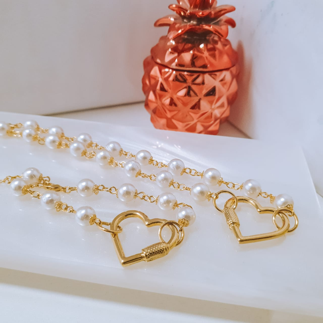 Colar com pingente Coração e detalhes em perolas brancas folheado em ouro 18k