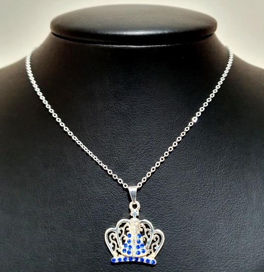 Colar com Pingente Coroa detalhada de strass  Azul folheado a Prata