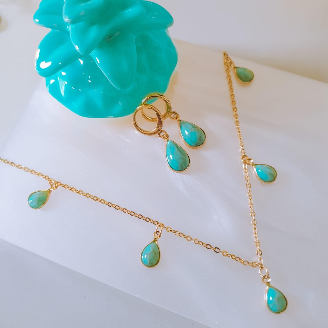 Colar corrente fina e pingentes na cor turquesa folheado em ouro 18k