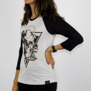 Camiseta Feminina Chemical 3/4 Triângulo Caveira Branca/Preta