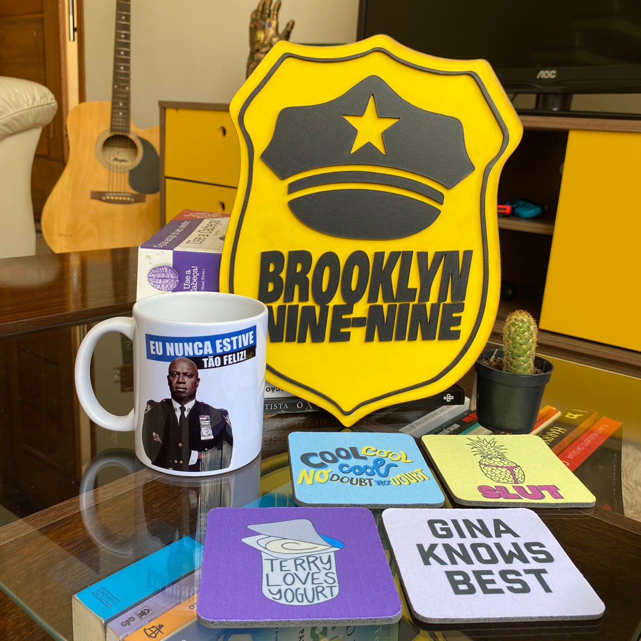 Kit Brooklyn Nine Nine Placa Alto Relevo + Caneca + Kit de Porta Copos