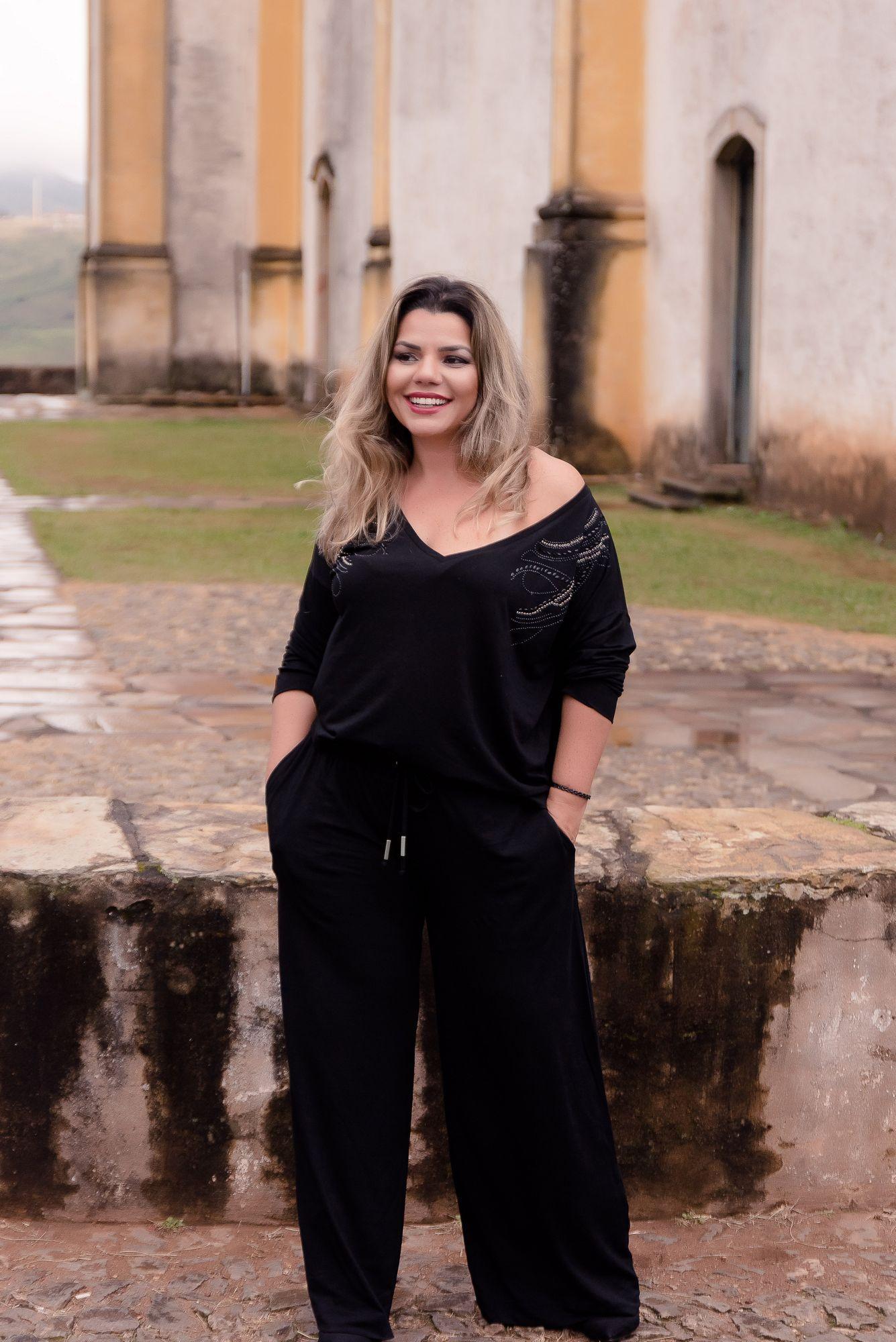 CONJUNTO CALÇA E BLUSA COM APLICAÇÃO NO OMBRO