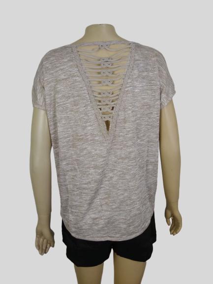 Blusinha com aplicação de pedras e detalhe costas