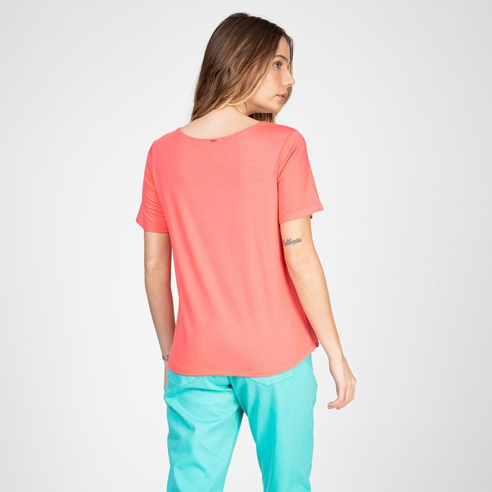 Blusa T-Shirt Decote Canoa com Bolsinho Cor Chiclete