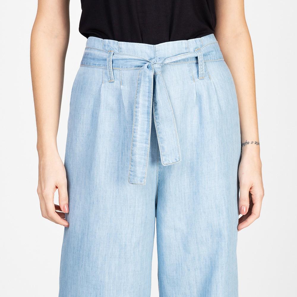 Calça Jeans Leve Pantacourt Ampla Com Cinto Delavê