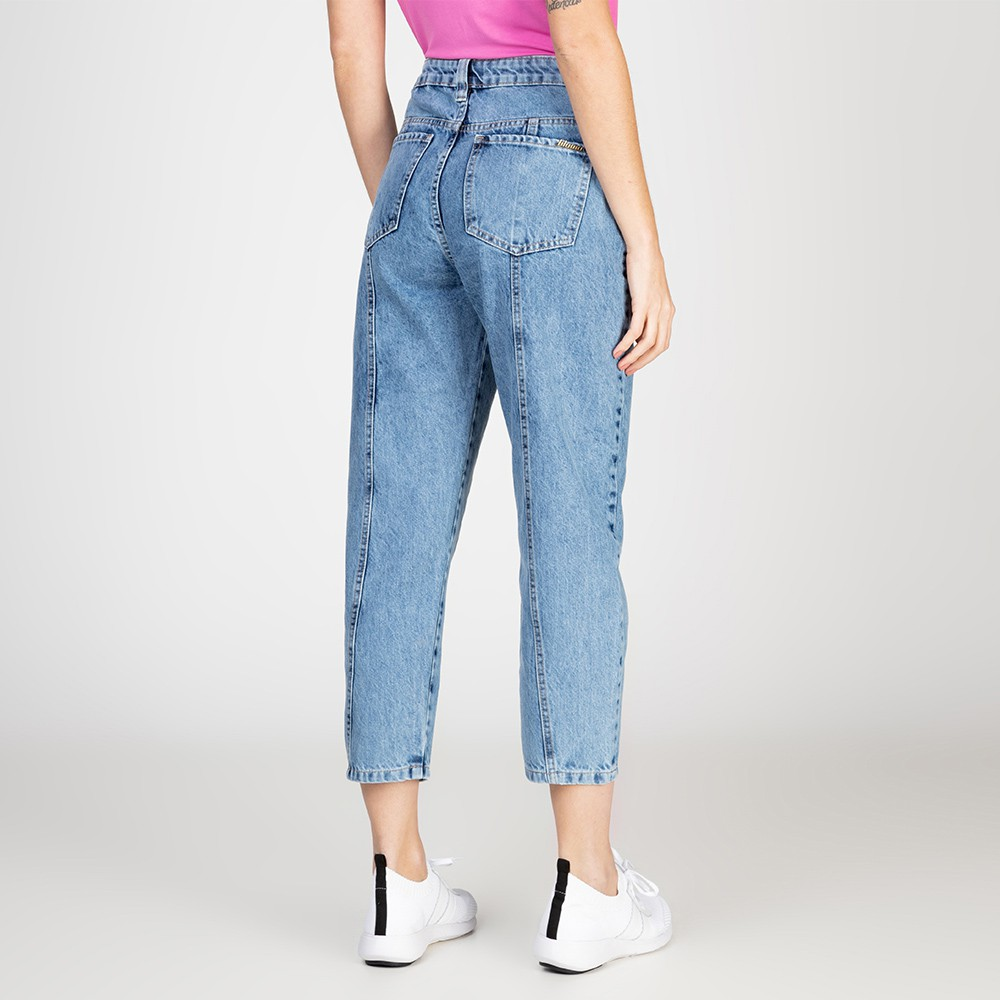 Calça Jeans Mom Recorte Atrás Delavê