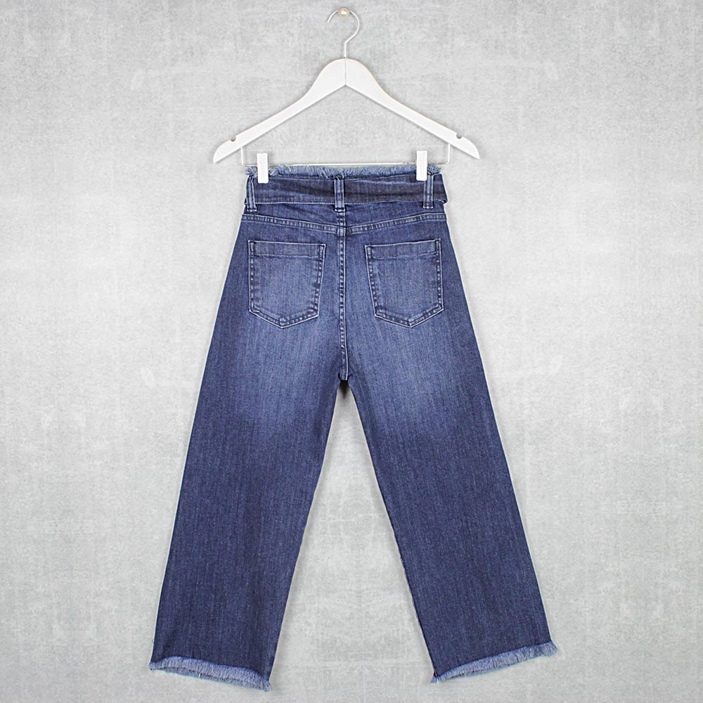 Calça Jeans Pantacourt Cos e Barra Desfiados com Cinto