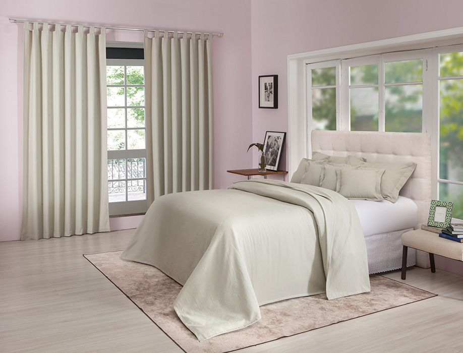 Colcha cobre leito de casal bege lisa com porta travesseiros