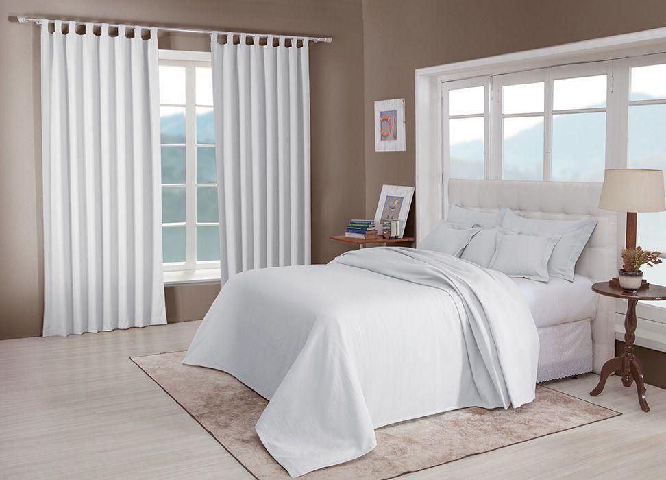 Colcha cobre leito de casal branca lisa com porta travesseiros