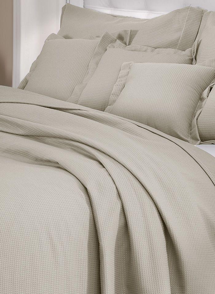 Colcha cobre leito de solteiro bege lisa com porta travesseiros
