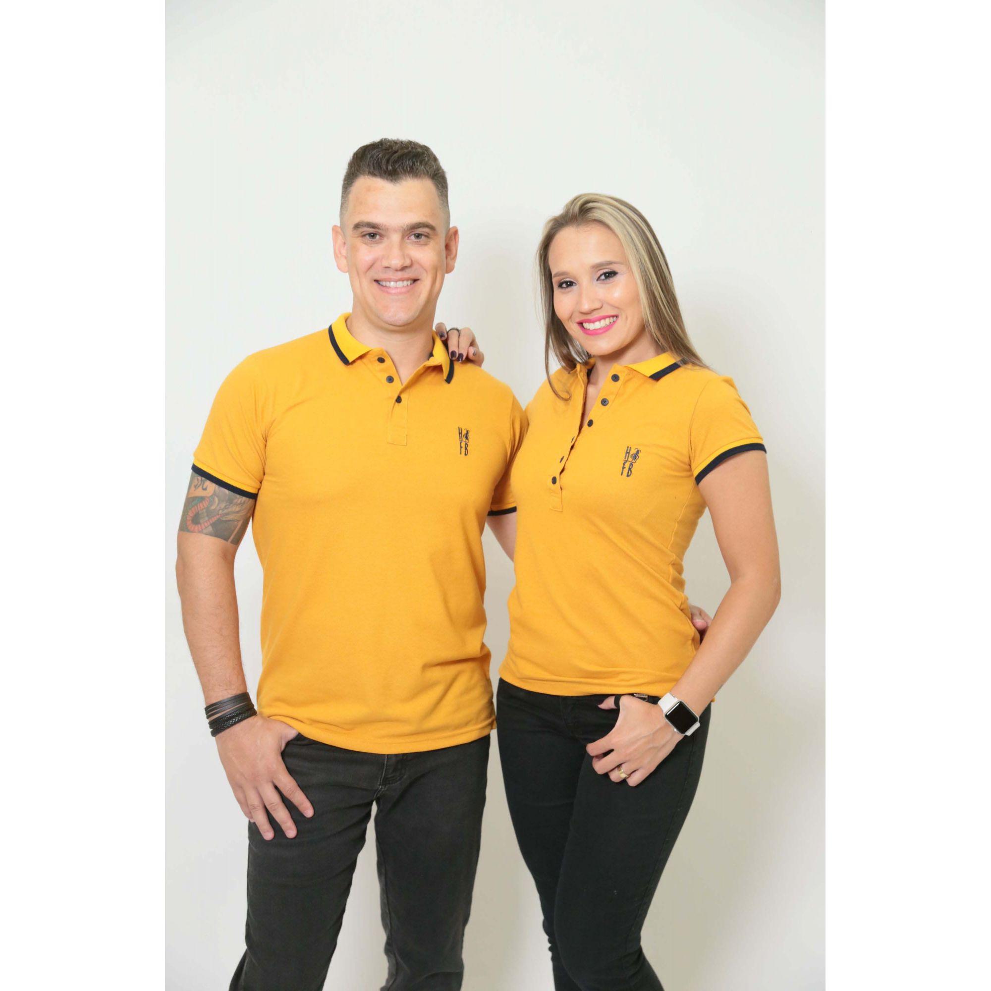 NAMORADOS > Kit 02 Peças Camisas Polo Masculina + Feminina Mostarda [Coleção Namorados]