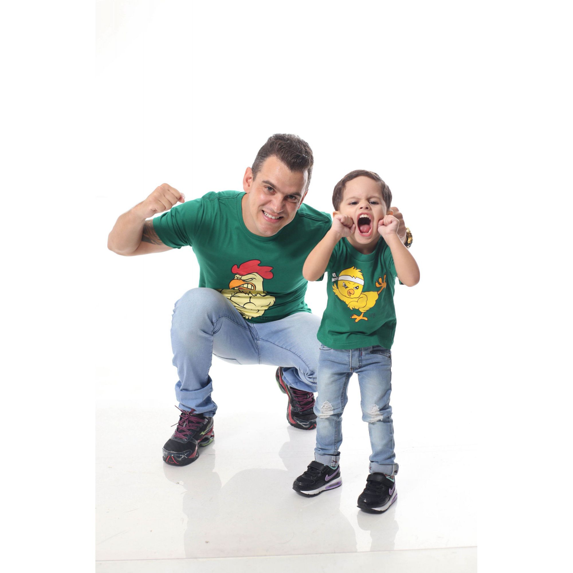 PAI E FILHO > Kit 02 Camisetas Verdes com Estampa de Galo e Pintinho [ Coleção Tal Pai Tal Filho ]