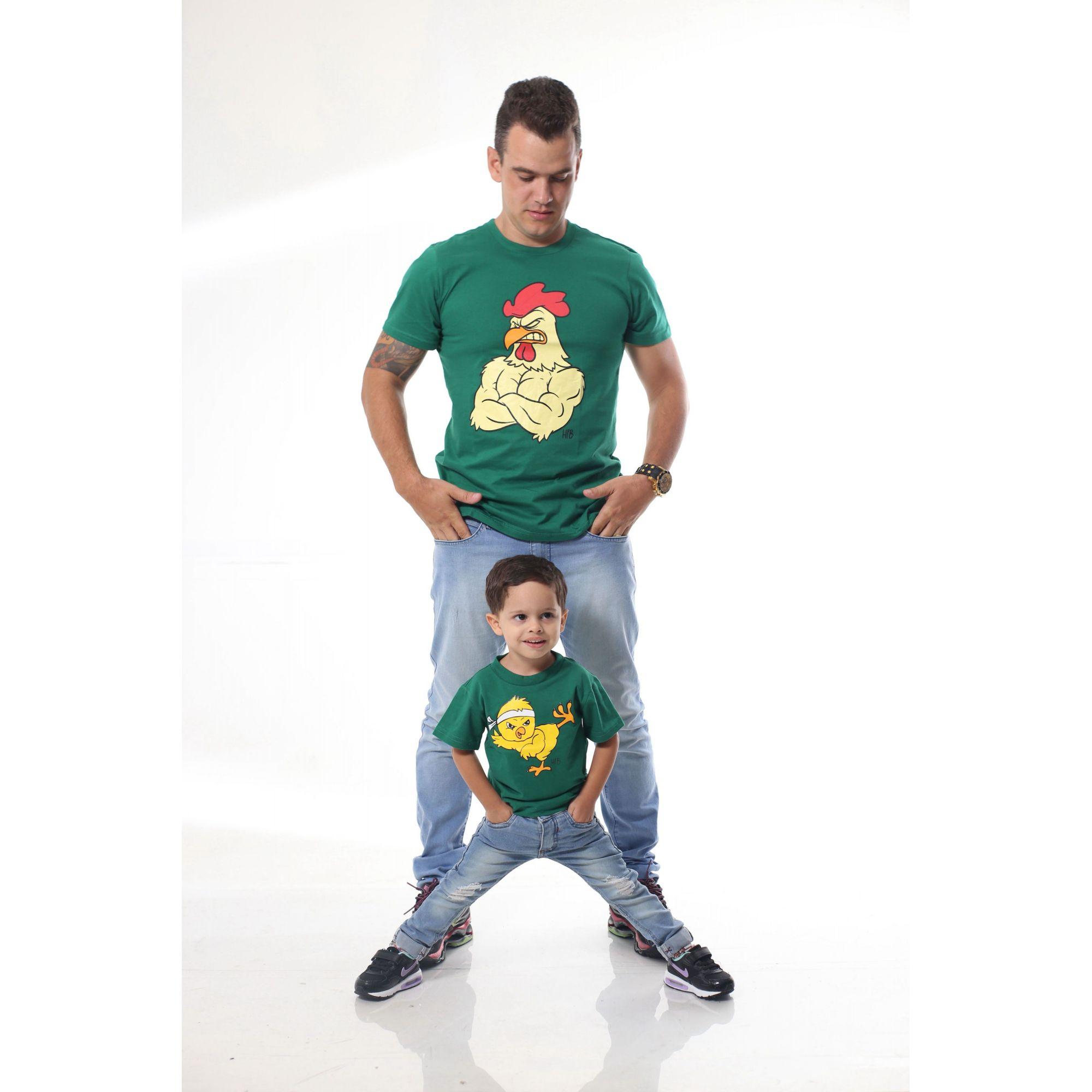 PAI E FILHO > Kit 02 Camisetas Verdes com Estampa de Galo e Pintinho [ Coleção Tal Pai Tal Filho ]  - Heitor Fashion Brazil
