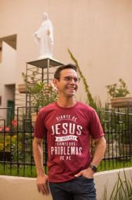 Camiseta REF.7006 - Diante de Jesus de joelhos, diante dos problemas de pé.