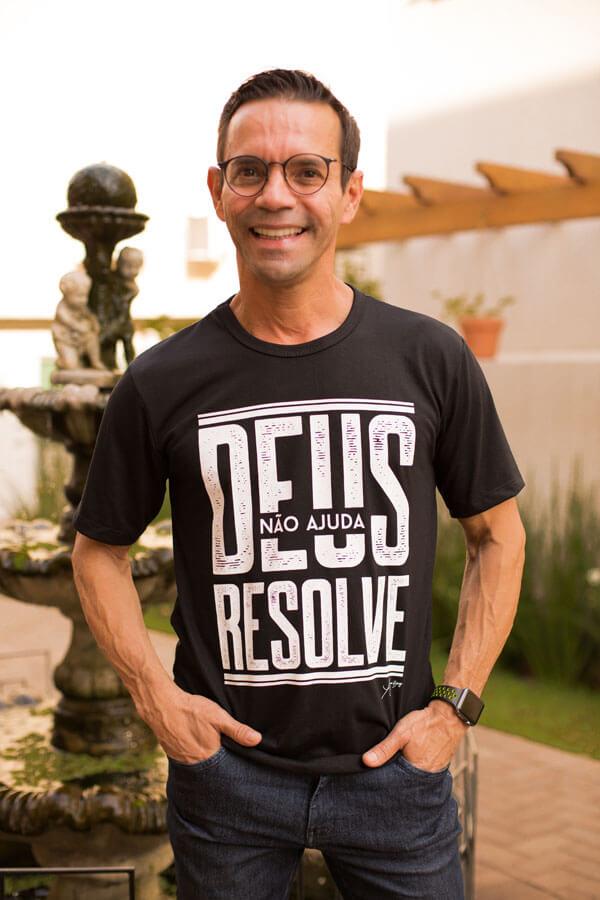 Camiseta Ref. 7001 - Deus não ajuda, Deus resolve!