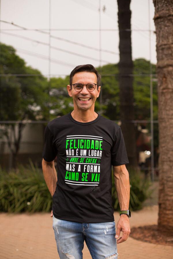 Camiseta Ref. 7005 - Felicidade não é um lugar onde se chega, mas a forma como se vai