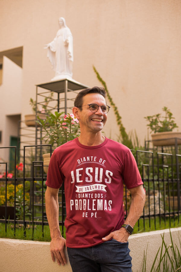 Camiseta Ref. 7006 - Diante de Jesus de joelhos, diante dos problemas de pé.