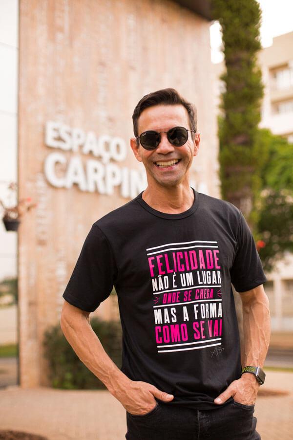 Camiseta Ref. 7008 - Felicidade não é um lugar onde se chega, mas a forma como se vai