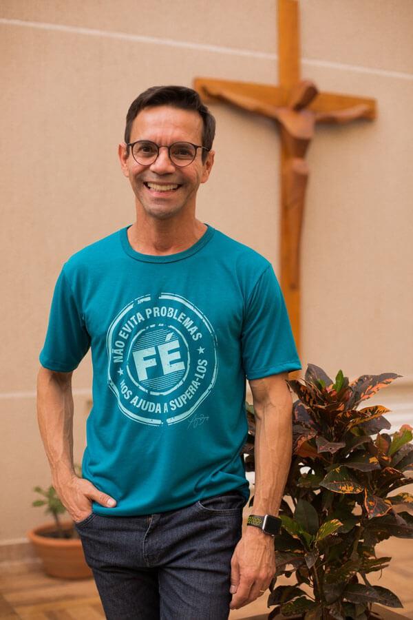 Camiseta Ref. 7016 - Fé não evita problemas, Fé nos ajuda a supera-los.