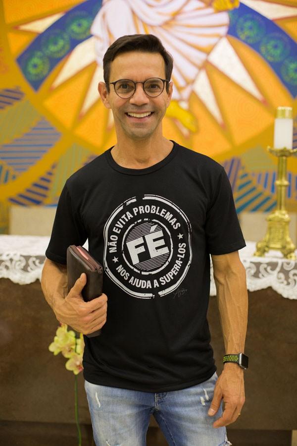 Camiseta Ref. 7017 - Fé não evita problemas, Fé nos ajuda a supera-los.