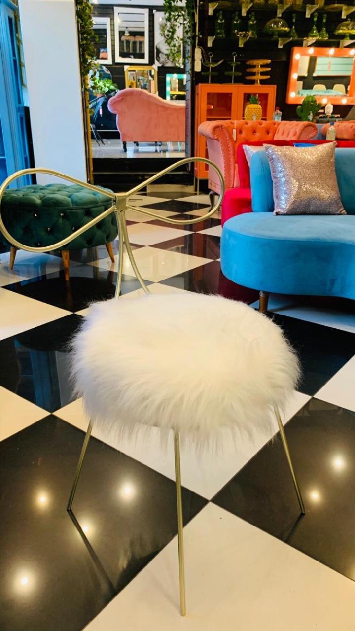 Cadeira Alice - Base Dourada- Pelúcia Branca