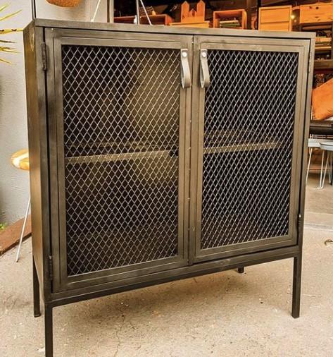 Aparador Industrial 8 com Porta de Tela de Aço