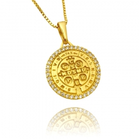 Pingente Medalha São Bento Cravejada em Zircônia (2,4cmX2,1cm) (Banho Ouro 24k)