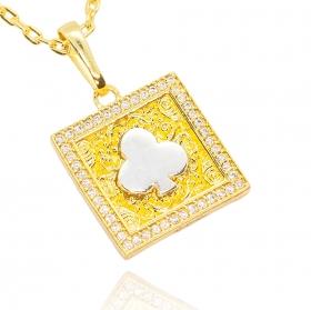 Pingente Placa Naipe de Paus Cravejada em Zircônia (2,5cmX3,1cm) (7,5g) (Banho Ouro 24k)