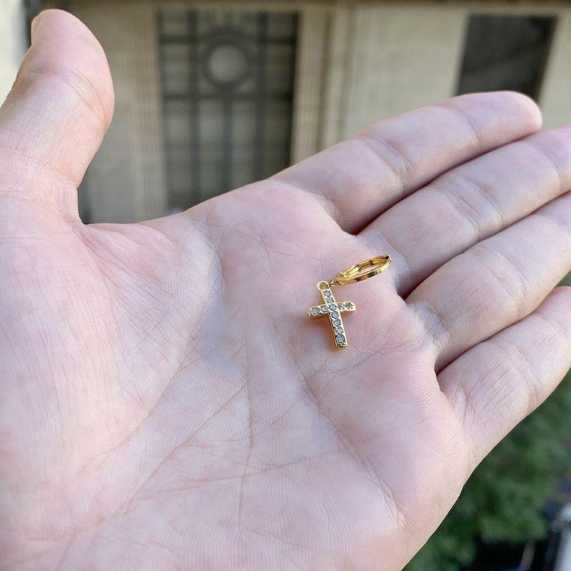 (1 unidade )Brinco Cruz Cravejada em Zircônia P (Banho Ouro 18k)