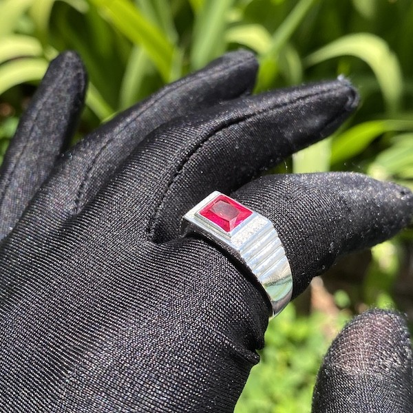 Anel Cravado com Pedra de Zircônia Vermelha 5g (Banho Prata 925)