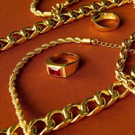 Anel Cravado com Pedra de Zircônia Vermelha (Banho Ouro 24K)