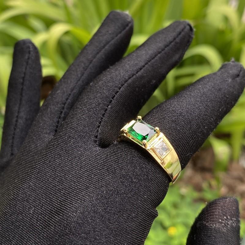 Anel Cravejado com Pedra de Zircônia Verde Central e 2 Brancas Laterais (Banho Ouro 24k)