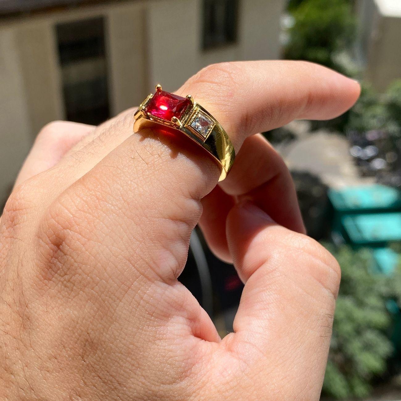 Anel Cravejado com Pedra de Zircônia Vermelha central e 2 Brancas Laterais 5g (Banho Ouro 24k)