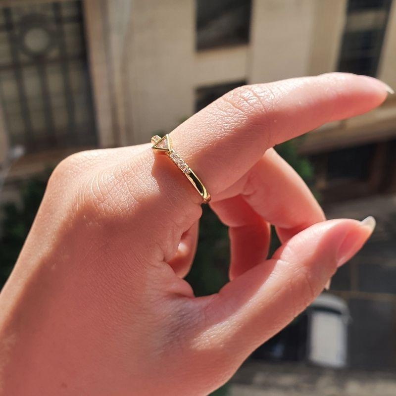 Anel Triângulo Cravejado em Zircônia (Banho Ouro 24k)