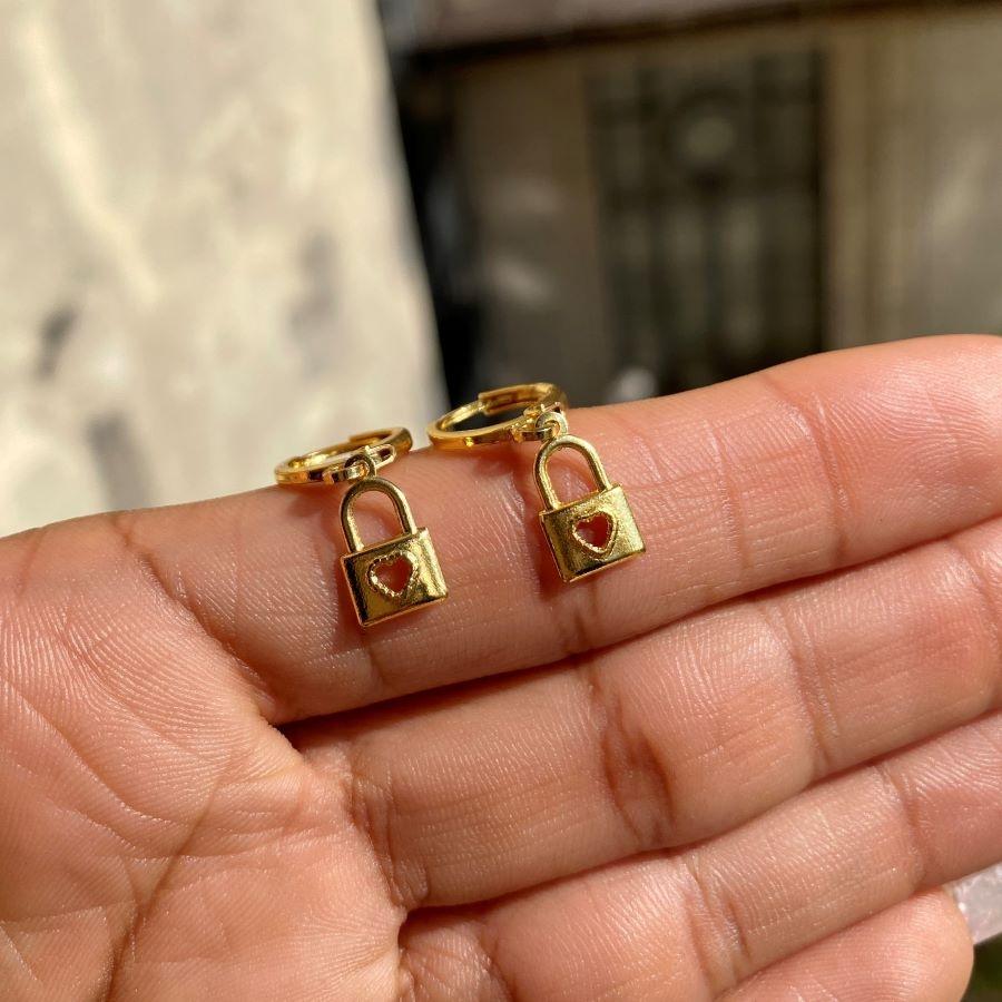 Brinco Argola Cadeado com Coração Vazado (Banho Ouro 24k)
