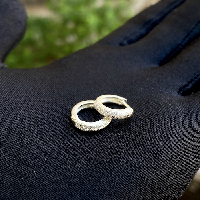 Brinco Argola Cravejada em Zircônia 22 pedras P (Banho Prata 925)