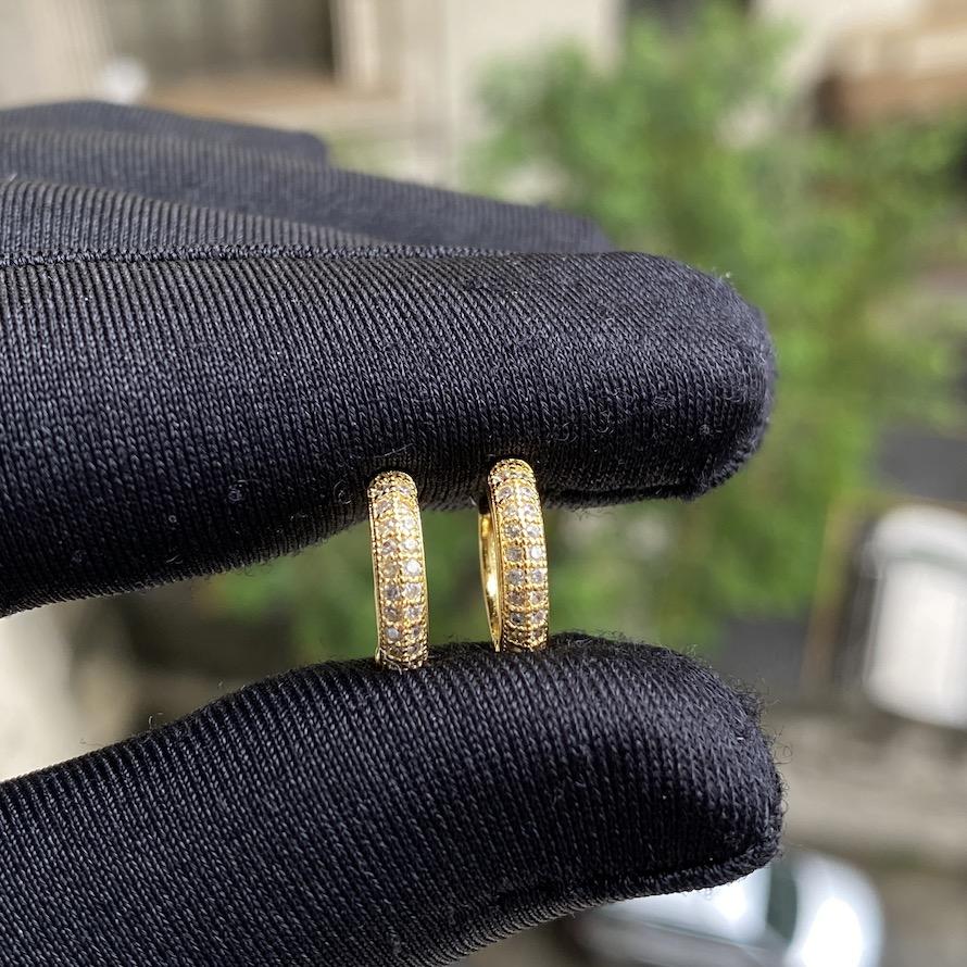 Brinco Argola Cravejada em Zircônia 22 pedras P (Banho Ouro 24k)