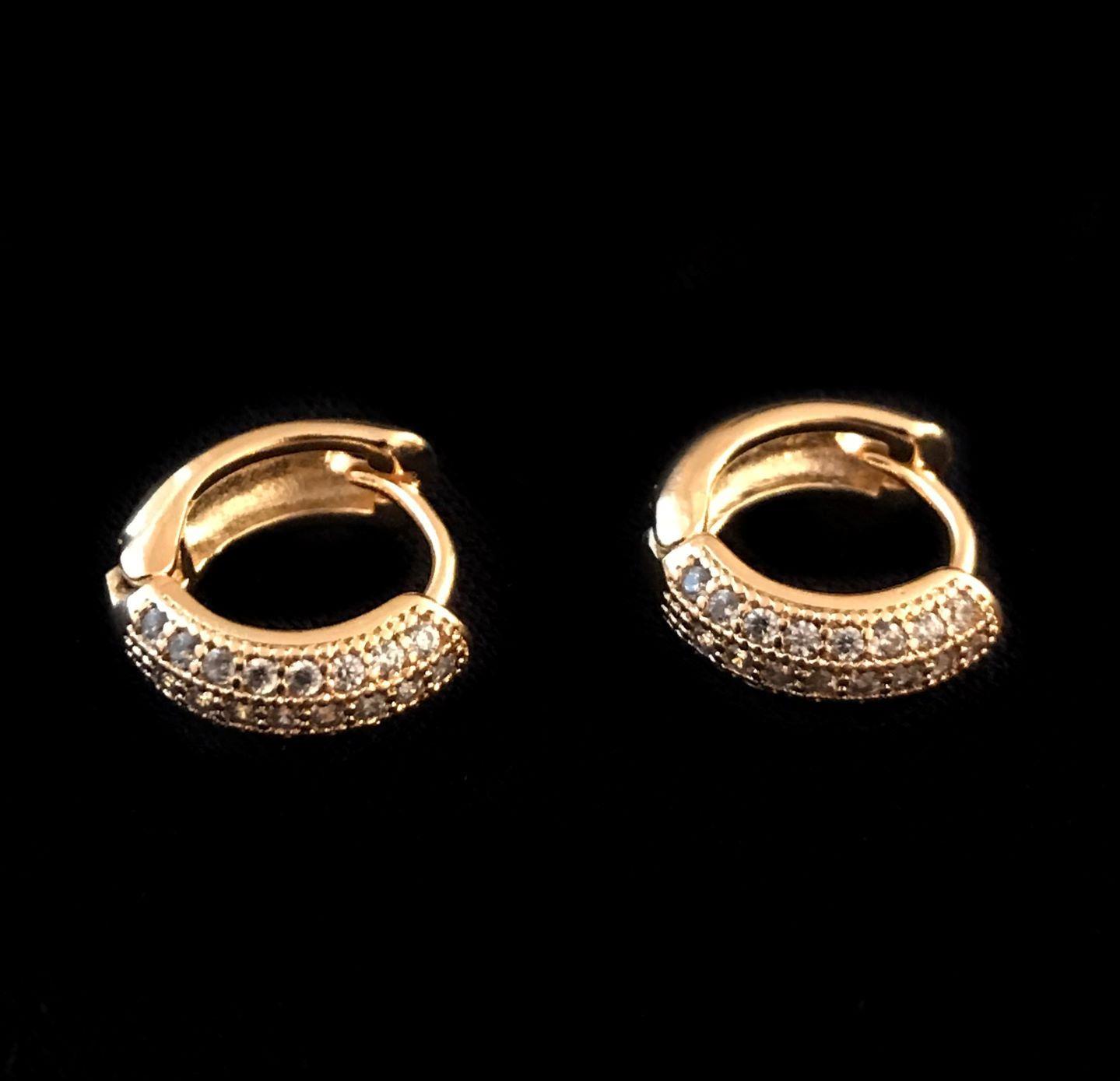 Brinco Argola Cravejada em Zircônia 24 pedras (Banho Ouro 24k)