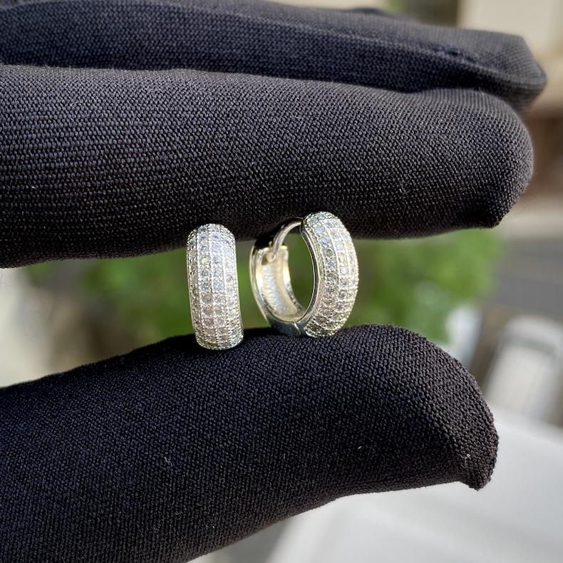 Brinco Argola Cravejada em Zircônia 46 Pedras (Banho Prata 925)