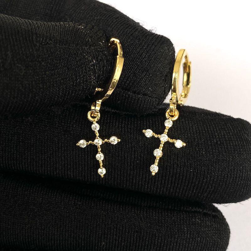 Brinco Cruz Gótica Cravejado em Zircônia (Banho Ouro 24k)